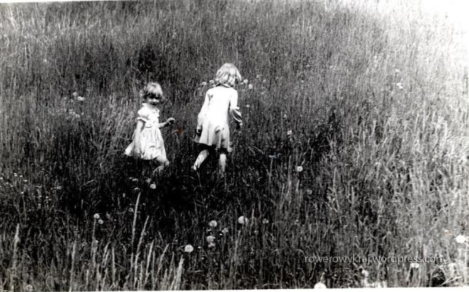Gonitwy, bieganina  po szewieńskich łąkach. Aż trudno się doliczyć, kiedy to było. Ale to ja z kuzynką Anią
