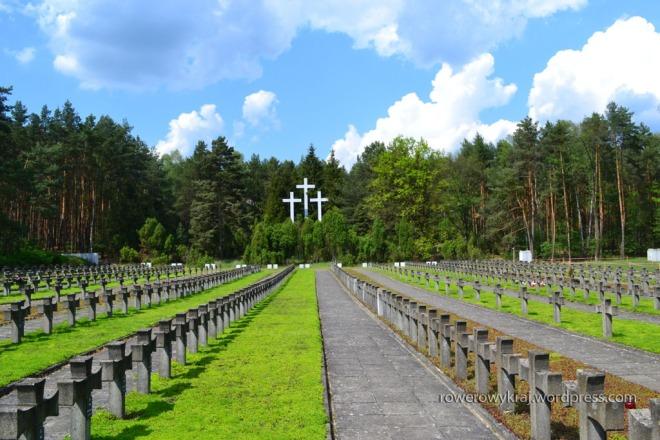 Górujące nad cmentarzem krzyże posiadają zmienione proporcje – ich dłuższe ramiona mają symbolizować rozłożone ręce rozstrzeliwanego człowieka.